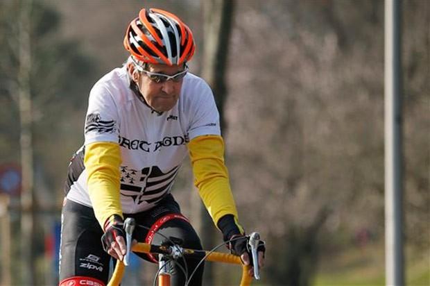 Foto de 18 de março mostra John Kerry andando de bicicleta (Foto: Brian Snyder,/AP)