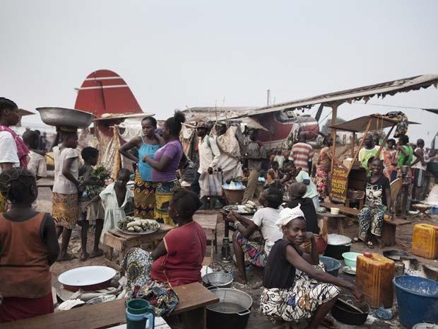 Centenas de deslocados internos esperam no aeroporto Bangui's M'poko, na República Central Africana (Foto: UNHCR / A. Greco )