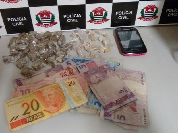 Drogas e objetos utilizados para o tráfico de drogas foram apreendidos (Foto: Divulgação/Polícia Civil)
