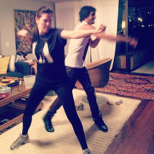 Fiuk posta foto jogando video game com Sophia Abrahão (Foto: Instagram / Reprodução)