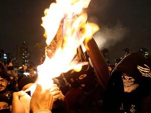 Integrantes do Black Bloc queimam exemplar da revista Veja durante manifestação no Largo da Batata, em São Paulo. (Foto: Evelson de Freitas/Estadão Conteúdo)