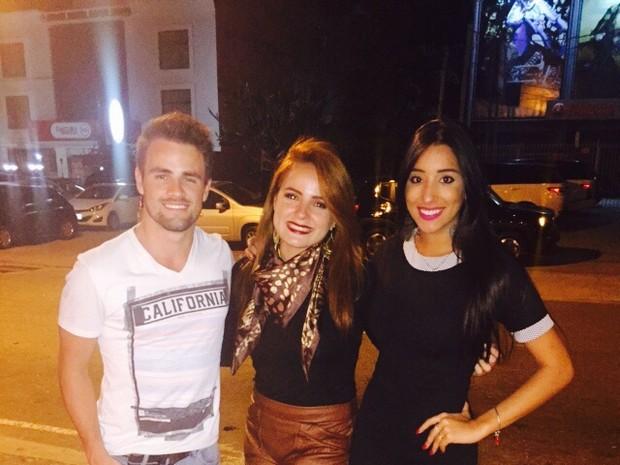 Ex-BBBs Talita e Rafael com MC Bruninha em restaurante na Zona Oeste do Rio (Foto: Divulgação)