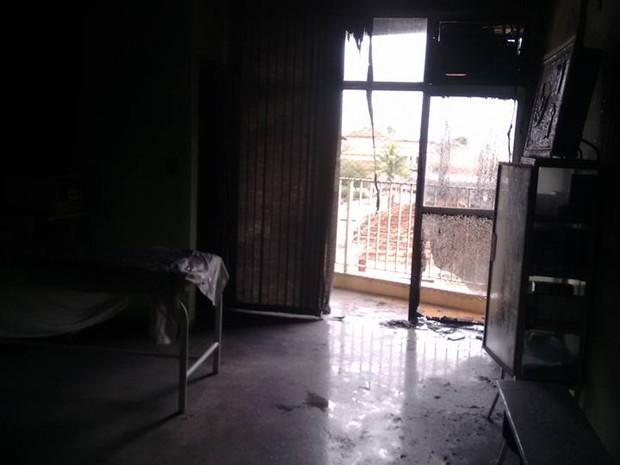 Fogo foi contido pelos bombeiros em Junqueirópolis (Foto: Base Comunitária de Bombeiros/Cedida)