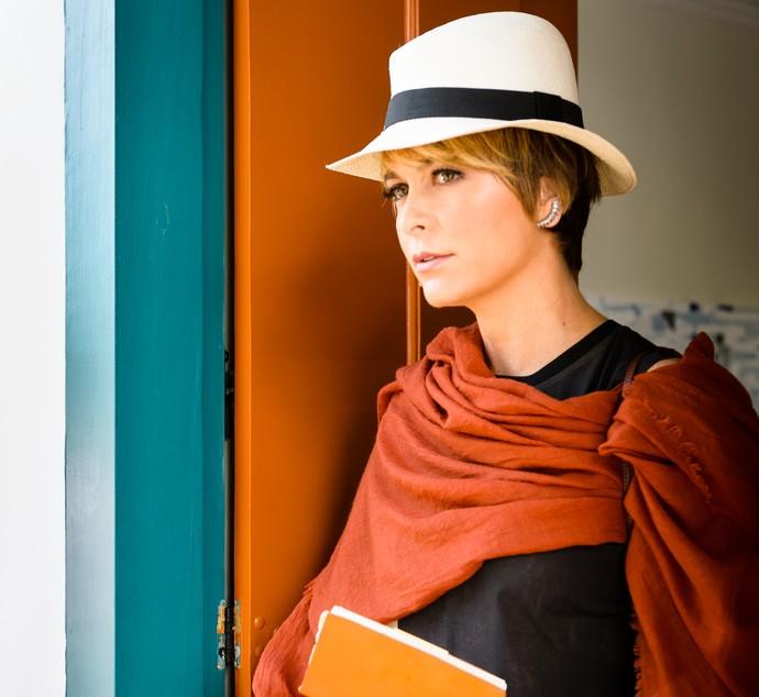 Claudia Abreu como Helô adulta em Paraty - RJ (Foto: Ramon Vasconcelos/TV Globo)