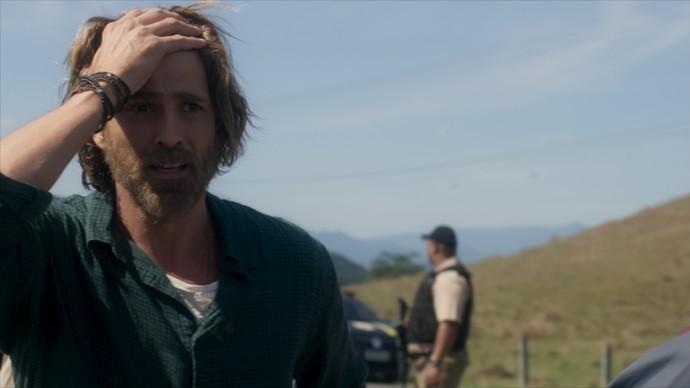 Pedro se desespera ao ver o pai ferido (Foto: TV Globo)
