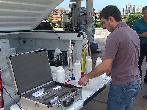 Amostras de gasolina aditivada e etanol foram recolhidas para análises (Foto: Ronaldo Oliveira/EPTV)