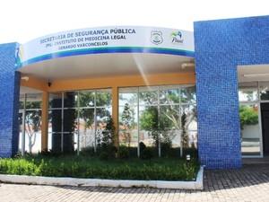 Corpo foi levado para exame cadavérico no IML de Teresina (Foto: Gil Oliveira/ G1)