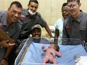 Bebê nasce em banheiro 30 minutos após hospital liberar mãe em Brotas (Foto: Divulgação/Corpo de Bombeiros)