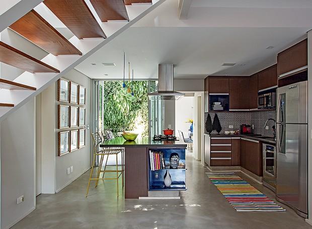 Em estilo americano, esta cozinha toda aberta e com vista para o jardim ganhou uma bancada com banquetas Tatu, da A Lot Of. Projeto da arquiteta Paula Leonardo, do Studio ML.2 (Foto: Gui Morelli/Editora Globo)