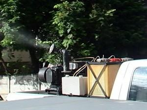Carro fumacê reforça combate à dengue em Araxá, MG (Foto: Reprodução/TV Integração)