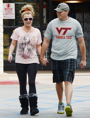 Britney Spears e o namorado, David Lucado, em Los Angeles, nos Estados Unidos (Foto: Splash News/ Agência)