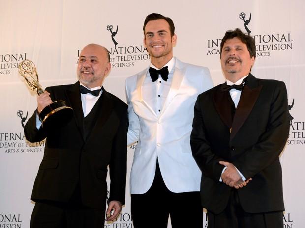 Da esquerda, Claudio Torres, o apresentador da premiação Cheyenne Jackson e o roteirista Mauro Wilson recebem o prêmio por 'A mulher invisível' (Foto: AP/Henny Ray Abrams)