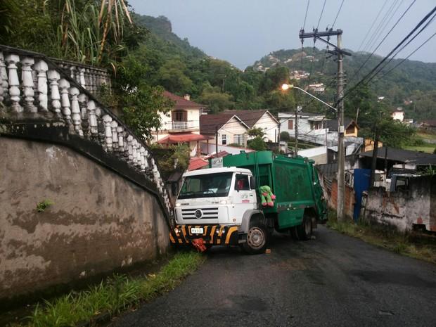 Caminhão bate em muro e fecha rua em Petrópolis (Foto: Divulgação/morador)