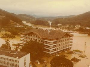 Prefeitura de Blumenau ficou cercada de água (Foto: Fundação Cultural de Blumenau/Arquivo Histórico José Ferreira da Silva)