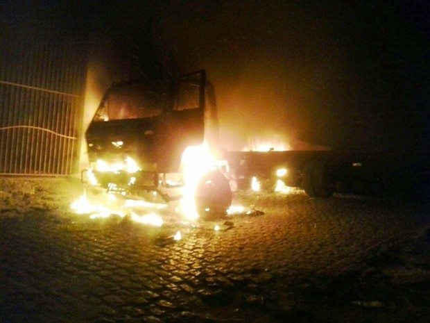 Um caminhão foi incendiado em Felipe Camarão   (Foto: PM/Divulgação)