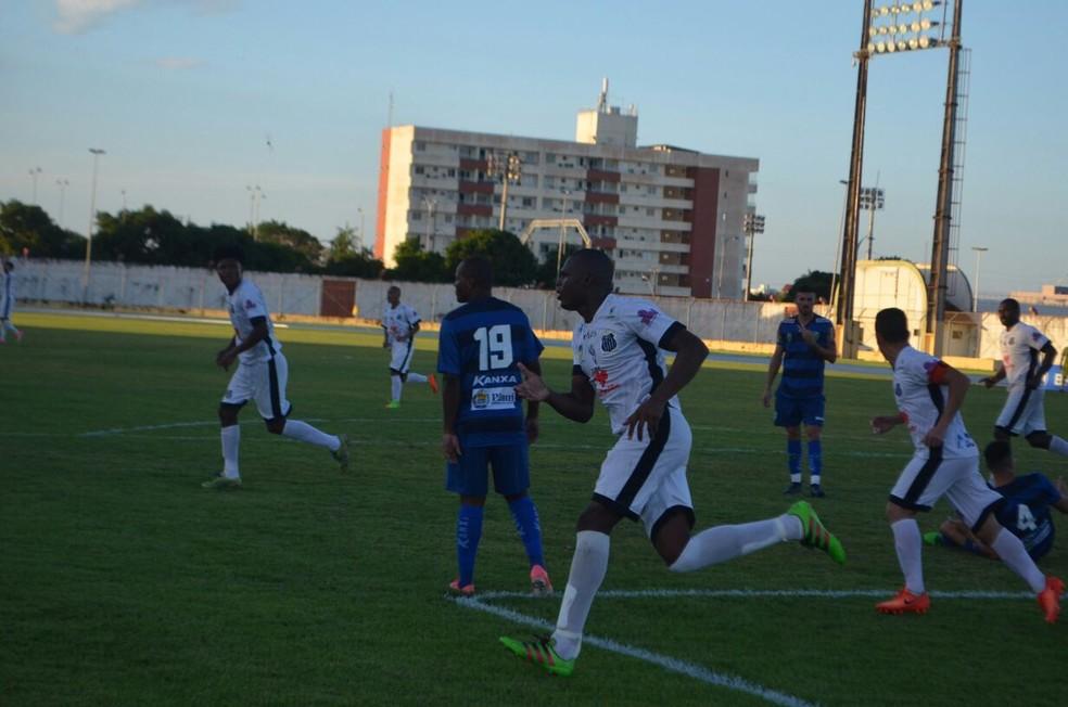 Zagueiro Dedé após marcar de cabeça no começo do segundo tempo (Foto: Rafael Moreira/GE-AP)