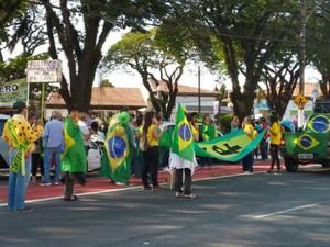Protesto em Taubaté reuniu cerca de 50 pessoas segundo a PM (Foto: Kadu Reis/TV Vanguarda)
