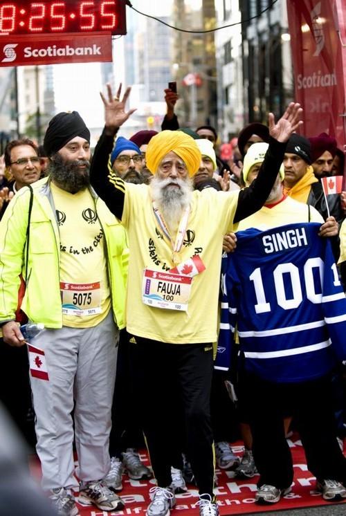 Fauja Singh comemofra seu feito de ter completado a Mararona de Toronto e se tornado o maratonista mais velho do mundo. Foto: AP (Foto: Arquivo)