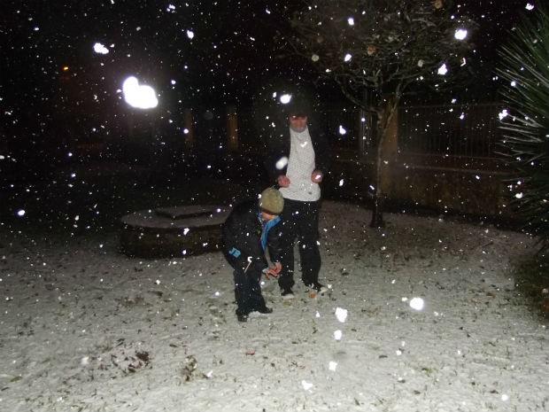 Em Rio Negro, começou a nevar por volta da 0h desta terça-feira  (Foto: Aline de Paula Nonato / VC no G1)