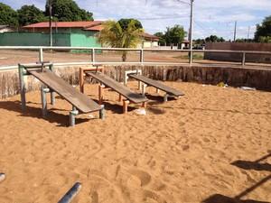 Espaços destinados à prática de atividades físicas têm lixo amontoado (Foto: Emily Costa/ G1 RR)