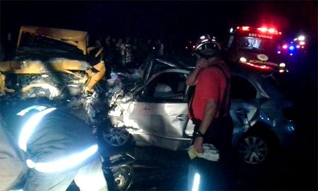 Entre Jardim do Seridó e Parelhas, caminhonete e Gol bateram de frente; um homem morreu e onze pessoas ficaram feridas (Foto: Divulgação/PM)