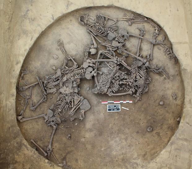 Arqueólogos encontraram seis esqueletos completos com várias fraturas (Foto: Philippe Lefranc/AFP)