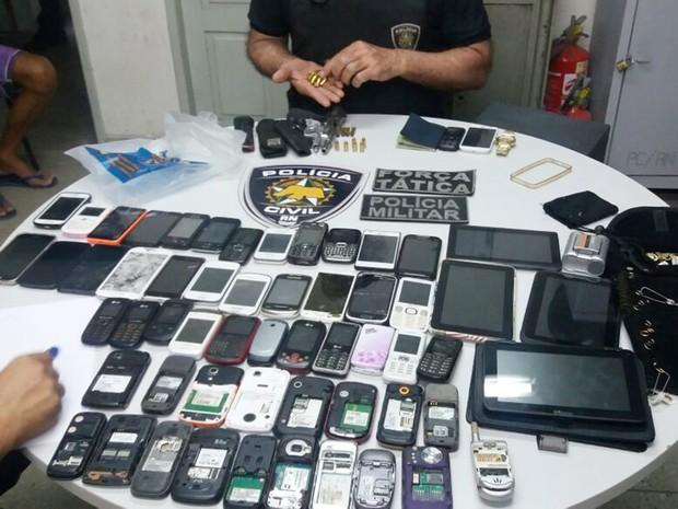 Policiais apreenderam mais de 50 aparelhos celulares, tablets e joias (Foto: Polícia Civil/Divulgação)