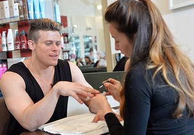 Matt Dunford fazendo as unhas (Foto: Ben Stevens/Barcrott Media/Reprodução Daily Mail)