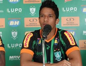 Nixon, ex-Flamengo chega ao América-MG e diz estar preparado para estrear  (Foto: Laura Bernardes)
