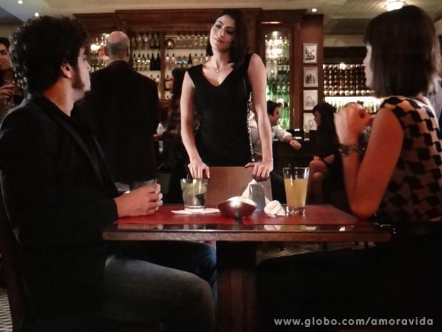 Silvia aproveita o encontro para falar umas verdades (Foto: Amor à Vida / TV Globo)