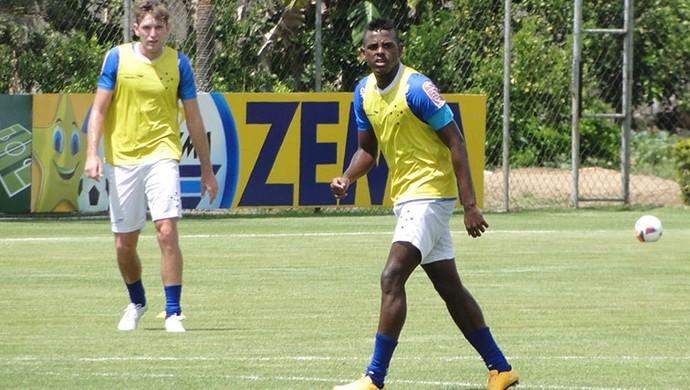 Marcos Vinícius  meia do Cruzeiro (Foto: LÉO SIMONINI)