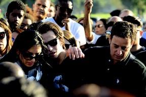 Enterro Matheus, filho de Eyshila (Foto: Roberto Teixeira / ego) Portal ajduks Noticias