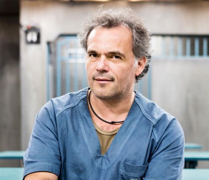 """Ademir Emboava é o intérprete de José Augusto, um economista de 40 anos. Ligou-se a políticos, passando a atuar nos bastidores como """"arrecadador"""" de fundos para as campanhas de um partido (Foto: Gshow/Ellen Soares)"""