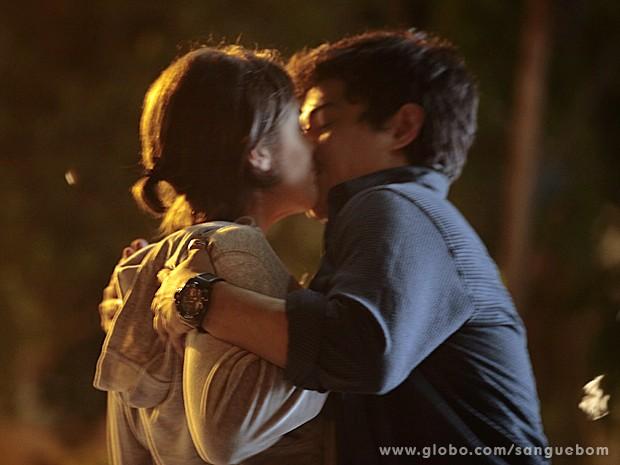Giena e Douglas se beijam!  (Foto: Sangue Bom/TV Globo)