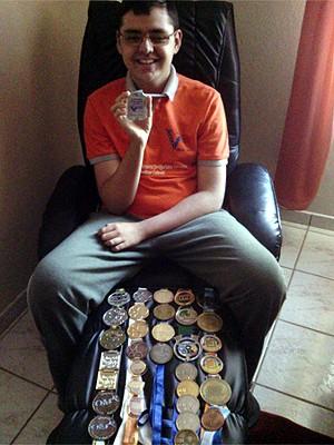 O estudante de Campinas, Andrey Chen, mostra medalhas em olimpíadas de matemática (Foto: Claudete Chen)