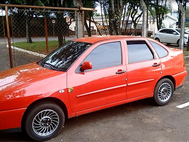 Carro usado pela quadrilha para fugir até a cidade (Foto: Luã Viegas/ EPTV)
