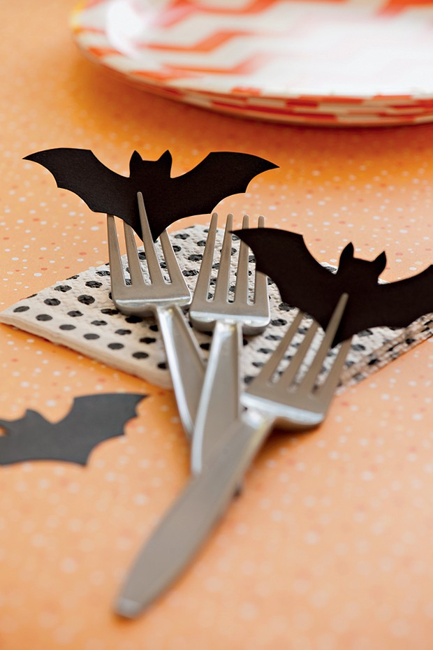Morcegos de papel preto enfeitam os garfos e podem virar marcadores de lugar (Foto: Cacá Bratke/ Editora Globo)