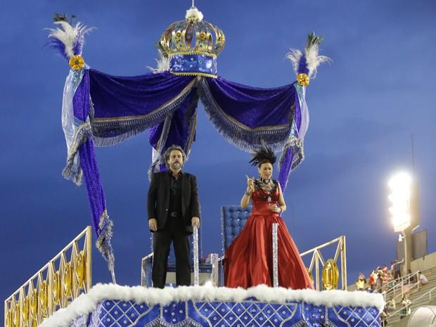 Alexandre Nero e Lilia Cabral ensaiam cena de Zé e Marta no desfile (Foto: Artur Meninea/Gshow)
