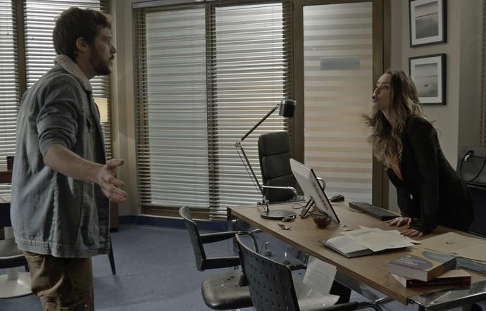Bruna joga as coisas de sua mesa no chão durante discussão (Foto: TV Globo)