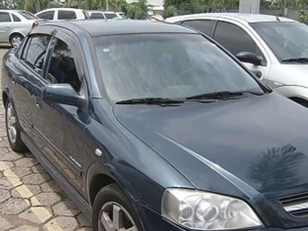 Carro oficial da Câmara foi apreendido pela polícia (Foto: Reprodução TV Tem)