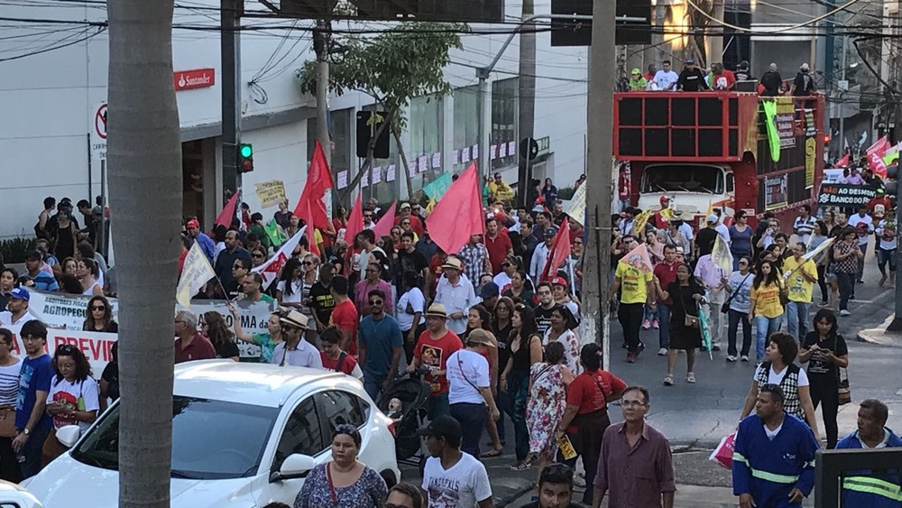 Com trio elétrico, trabalhadores caminham pelas ruas de Cuiabá (Foto: Lislaine dos Anjos/G1)