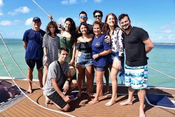 Familia Schurmann com Rhaisa Batista, Paloma Bernardi e Carol Oliveira (Foto: Reprodução/Instagram)