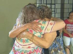Abraço foi apertado entre irmãs (Foto: Reprodução/TV TEM)