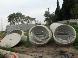 Material para a construção de fossas sanitárias em obras de ampliação do canil da Abeac (Foto: Marcelo Mora/G1)