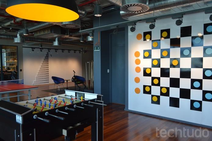 Tem jogo de damas na parede, mesa de totó, sinuca e outras diversões offline (Foto: Melissa Cruz / TechTudo)