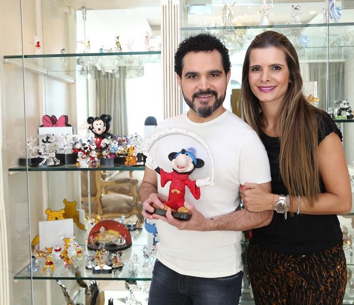 Luciano e Flávia mostram coleção de cristais (Foto: Carol Caminha/Gshow)