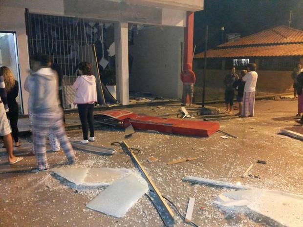 Caixa foi explodido durante a madrugada (Foto: Polícia Militar/Divulgação)