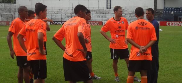 Preparador físico Pedro Henrique conversa separadamente com os jogadores (Foto: Gustavo Pêna/GLOBOESPORTE.COM)