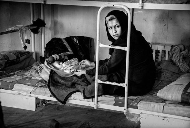 Zahra, de 17 anos, cria o filho na prisão (Foto: Sadegh Souri)