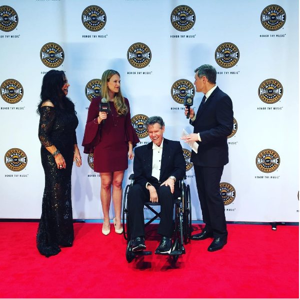 O cantor Randy Travis ao ser homenageado (Foto: Instagram)